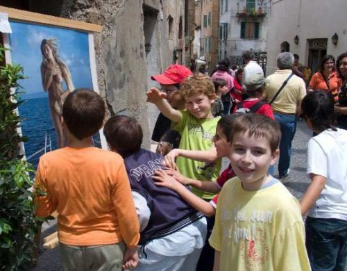 Juvenile enthusiasm for art outside the gallery in Orvieto